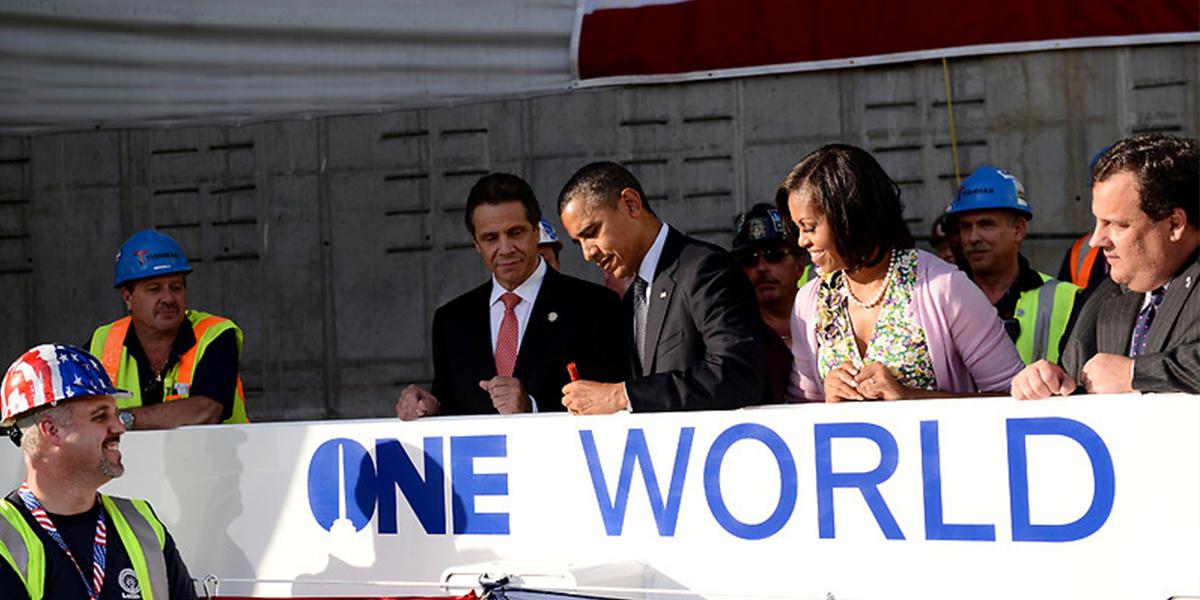 Präsident Obama signiert den letzten Stahlpfeiler