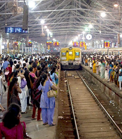 An einem Bahnhof in Mumbai