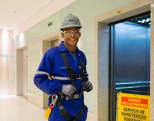 Aufzugtechniker bei der Arbeit