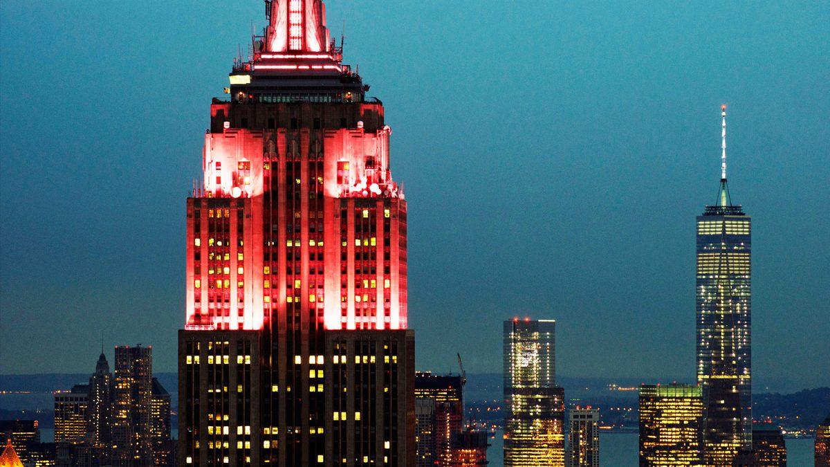 O Empire State Building vestido de vermelho
