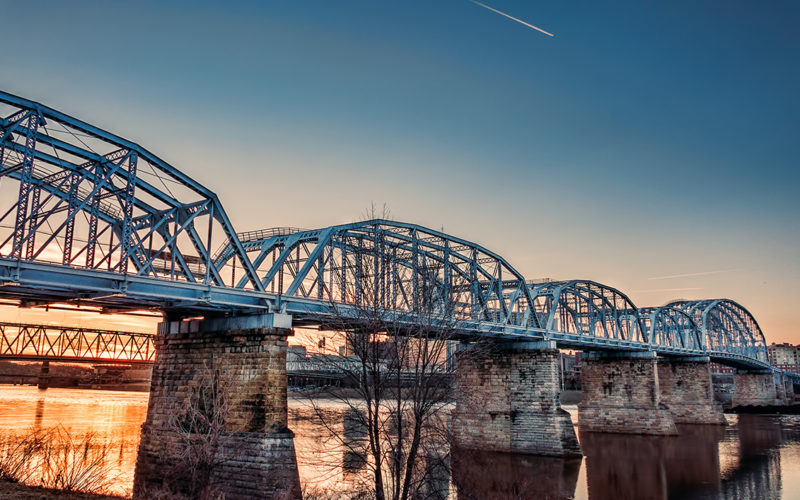 "De rodovia para a ponte de pedestres ""Purple People Bridge"" em Cincinnati (EUA)"