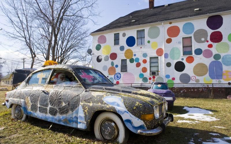 """O """"Penny Car"""" em frente a um cenário de bolinhas"""